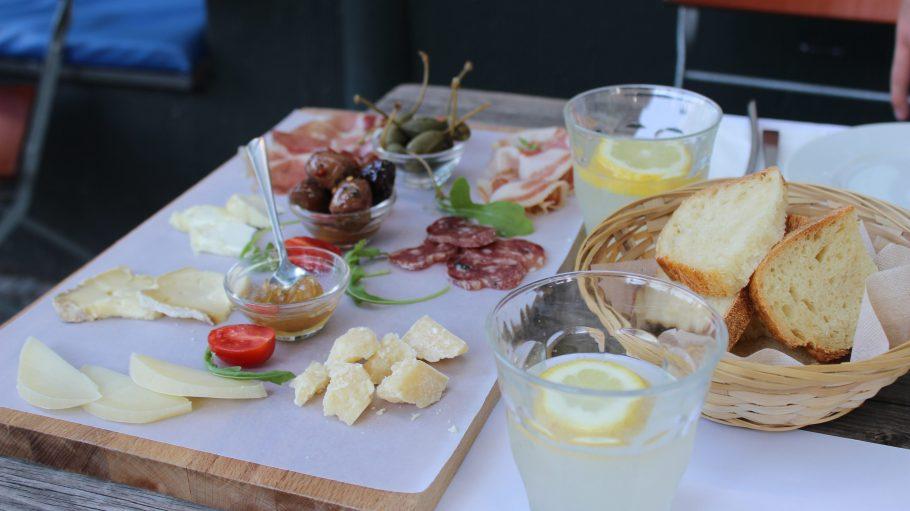 Eine Vorspeisenplatte mit Käse und Fleisch.