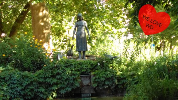"""Der Brunnen auf dem grünen Nikolsburger Platz, bearbeitet mit """"We love WD"""" Herz"""