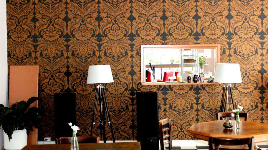 Einrichtung, Stühle um Tisch und Lampen im Cafe Motte in Wedding