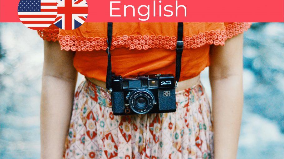 Mädchen mit einer alten Kamera und Vintage-Kleidung