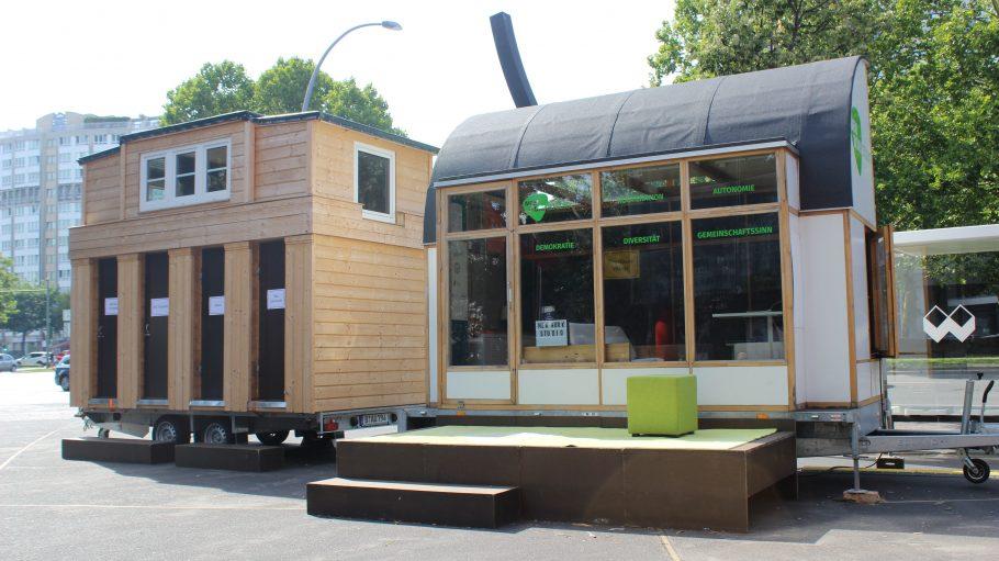 Zwei Holzhäuser des Tiny Town Urania Festivals.