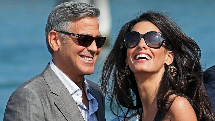An einem sommerlichen Tag am Wasser zeigt sich das Paar George und Amal Clooney gut gelaunt.