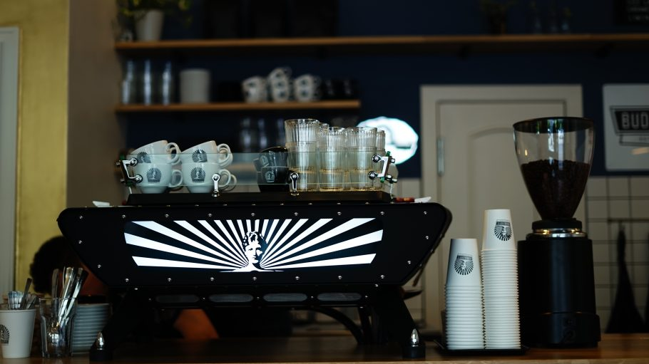 Budde Kaffee in Tegel. Kaffeemaschine und Tassen.