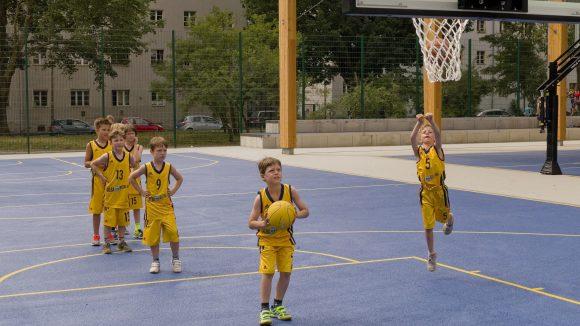 Jugendspieler von ALBA-Berlin werfen Körbe und weihen damit die neuen Basketballplätze des Jan-Sportparks ein