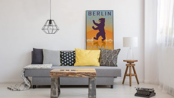 Poster mit dem Berliner Bären von Myloview.de in einem modernen Wohnzimmer.
