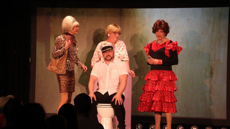 Vier verkleidete Schauspieler auf der Bühne des BKA