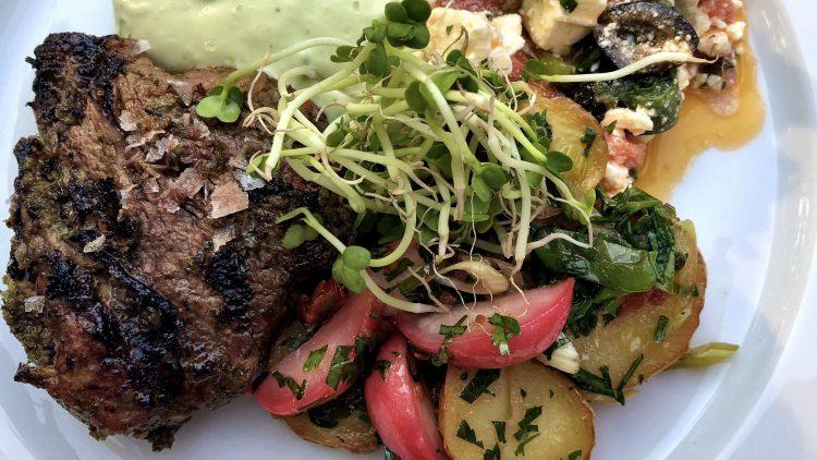 Teller mit gegrilltem Steak mit Gemüse und Salat