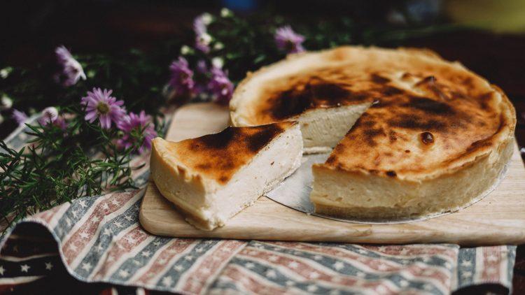 Ein Käsekuchen auf einer Platte mit Blume