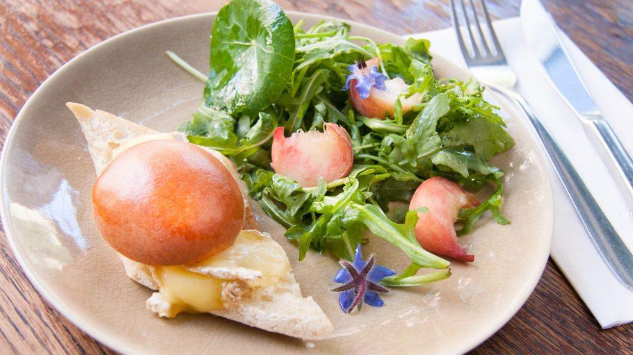 Ein Teller mit französischem Essen bei La Malo in Neukölln
