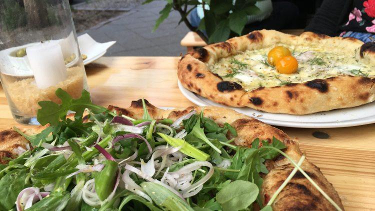 Die Pizza im Saint Bess in Wedding kommt mit viel Grünem und gut abgestimmten Kombis.