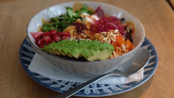 Bunte Bowl mit Avocado und Granatapfel im Café Selig in einer Schüssel