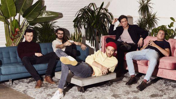 Band sind auf blauem und rosafarbenem Sofa