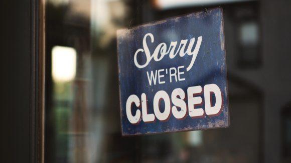 Schild Sorry We're Closed an der Glastür