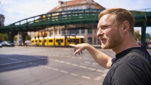 Michael Nast an der Kreuzung Schönhauser Allee - Eberswalder Straße.