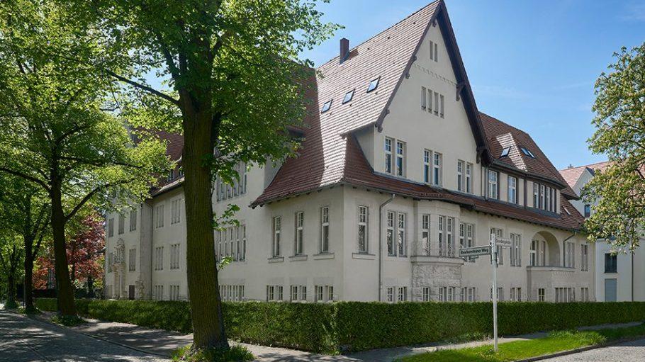 Beige Fassade einer Gründerzeitvilla in Dahlem in Berlin-Zehlendorf vom Bauprojekt Aedes Nobiles