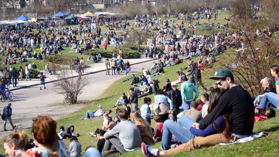 Der Mauerpark in Prenzlauer Berg im ehemaligen Grenzgebiet zwischen Ost und West. Große Menschenmassen.