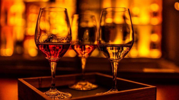 Drei Gläser mit verschiedenen Alkoholsorten zum Kosten.