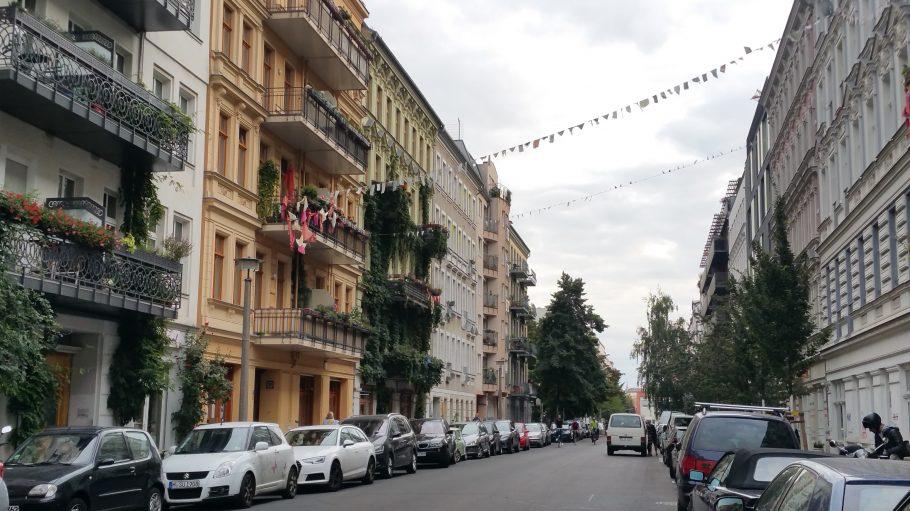 Straßenaufnahme, Choriner Straße mit schönen Altbauten links und rechts