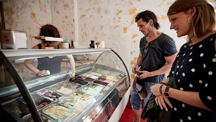 Der Schauspieler beim Aussuchen einer Eissorte.