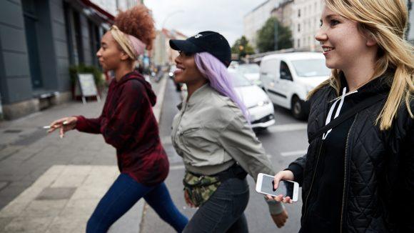 Mit Eunique laufen wir über die Straße. Im Hintergrund Autos.