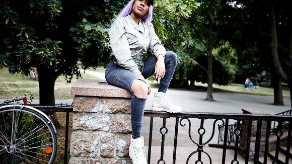 Eunique sitzt auf einem Geländer im Weinbergspark.