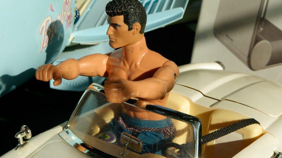 Barbies Freund Ken im Spielzeugauto
