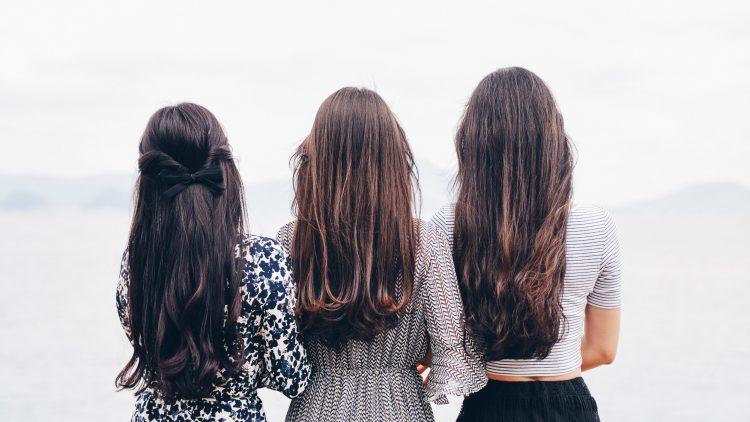 Drei Frauen von hinten mit schönen langen Haaren
