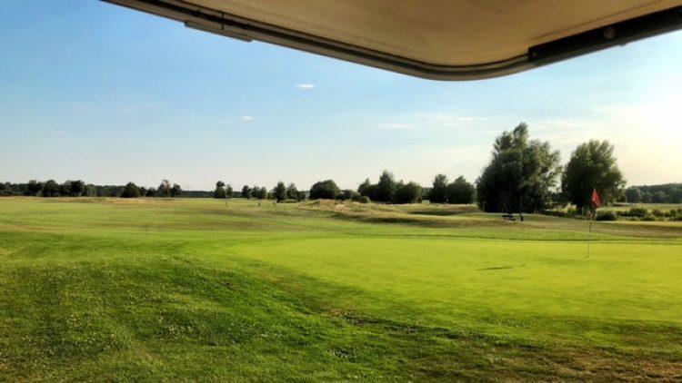 Blick auf die Golfanlage Gross Kienitz mit viel Grün