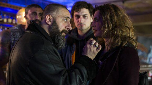 Mit El Keitar (Kida Khodr Ramadan) ist nicht zu spaßen, das merkt Marie (Ella Rumpf) ziemlich schnell. Nur funktioniert bei ihr die Einschüchterungstaktik nicht ganz wie gedacht.
