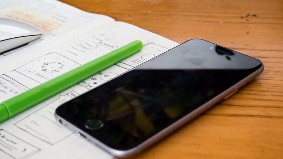 Ein Handy liegt neben dem Heft.