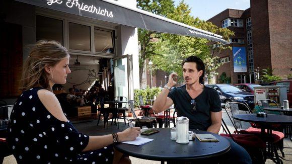 Beim Interview im Café von nahmen. Der Schauspieler redet.