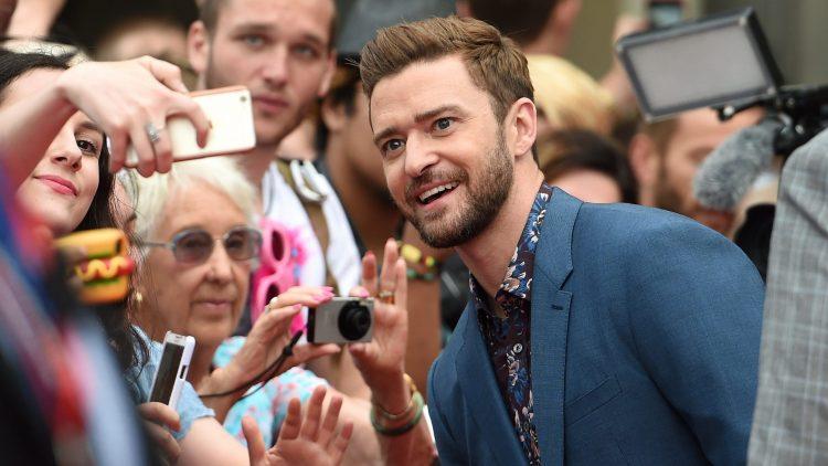 Justin Timberlake macht Selfies mit Fans.