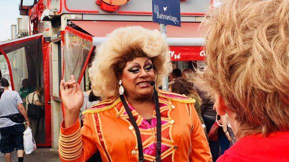 Gloria Glamour vor einer Currywurstbude am Zoo