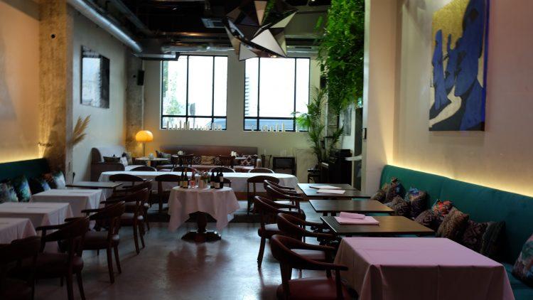 Restaurant mit großen Fenster und Tischen