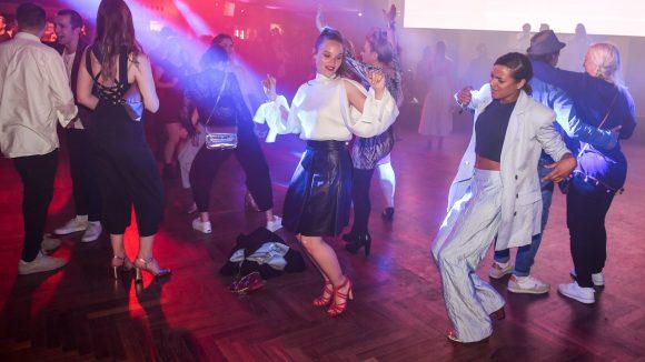 Sonja Gerhadt tanzt auf einer Party