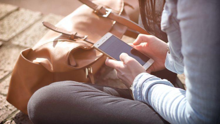 Mädchen sitzt im Pausenhof