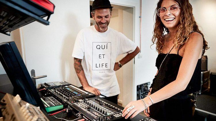 DJ BEC im Roland Studio mit Produzenten Nick de Friez und Musikausrüstungen.