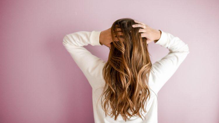 Schöne lange Haare, Frau von hinten zu sehen