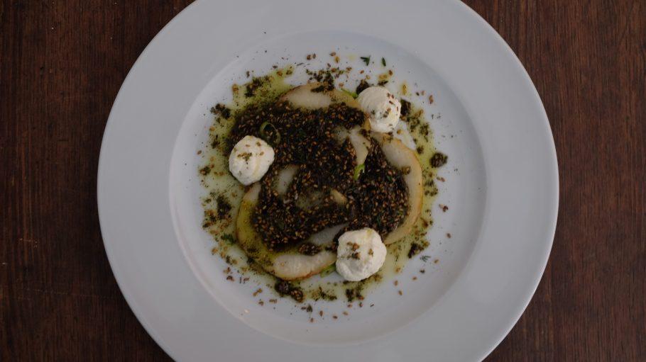Gegrillter Kohlrabi mit Rohmilch-Frischkäse, Sesamsamen, Thymian und grünem Chili.