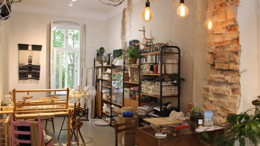 Die Hinterseite des Ladens mit Webstuhl und kleinen Pflanzen.