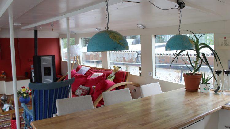 Das Wohnzimmer mit zwei Globen als Lampe