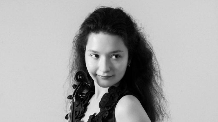 Anna Savkina mit ihrer Geige in der Hand