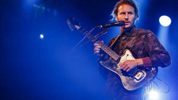 Ben Howard mit Gitarre und Mikrophone auf der Bühne
