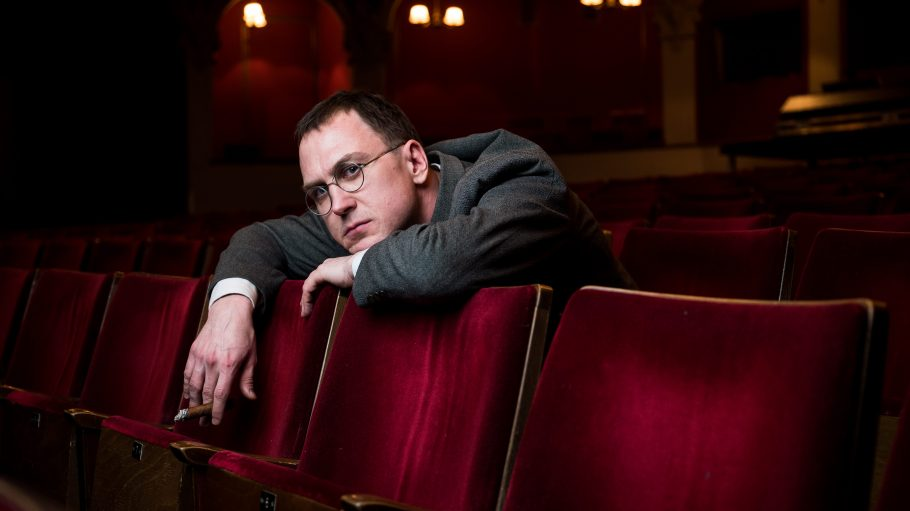 """Lars Eidinger als Bertolt Brecht im neuen Film """"Mackie Messer: Brechts Dreigroschenfilm""""."""