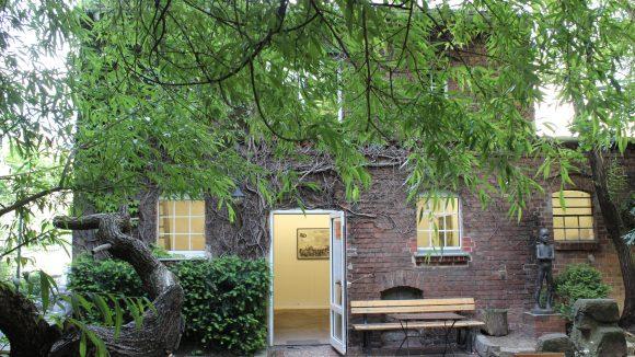 Offene Tür zur Galerie der Brotfabrik Weißensee, in einem Backsteingebäude auf dem Hinterhof