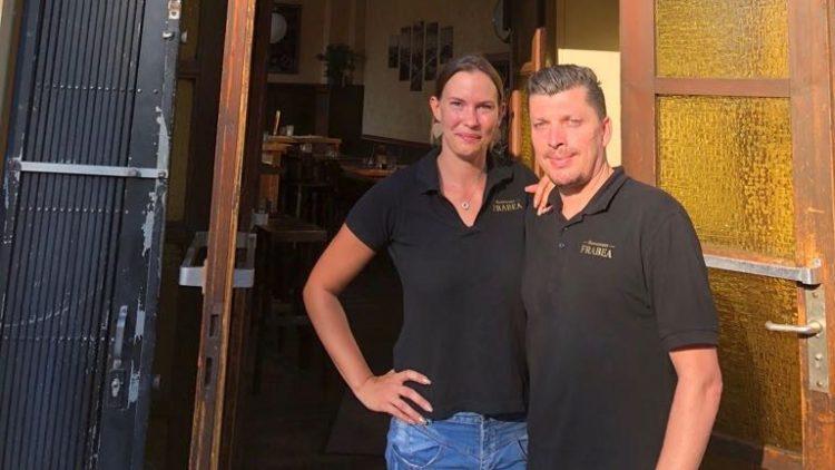 Sinisa Kek und Patricia Witzki, ein Mann und eine Frau, stehen in der offenen Eingangstür des Restaurants Frabea