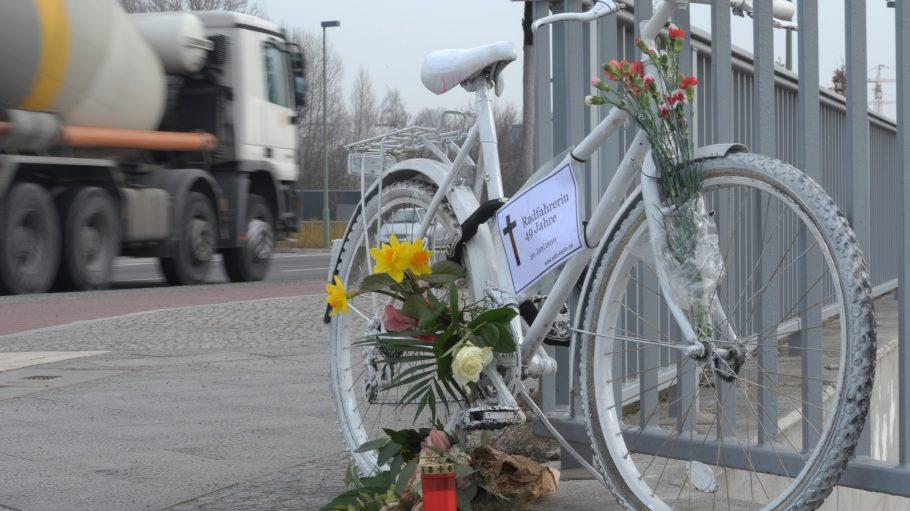 Geisterrad in Berlin erinnert an eine 49jährige, die an dieser Brücke zu Tode kam