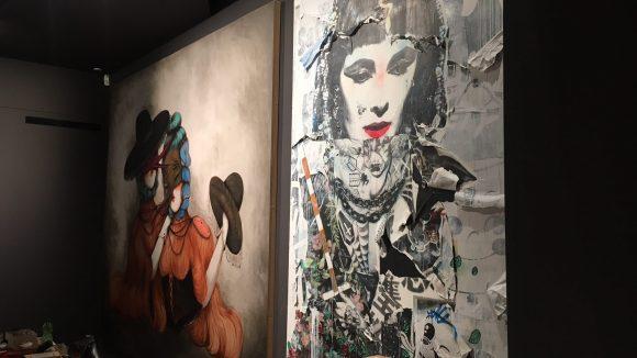 Zwei Bilder aus der neuen Ausstellung in der Urban Nation werden aufgehangen