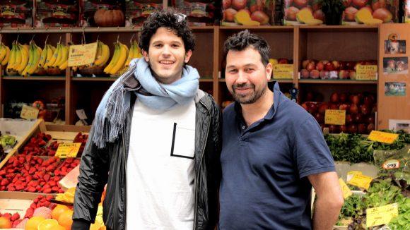 Mit dem Obsthändler seines Vertrauens in der Marheinekemarkthalle tauscht sich Kid auch über Basketball aus.