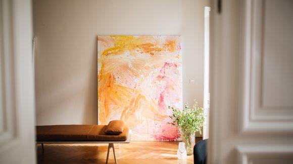 Ein Kunstwerk hängt an der Wand in einem Büro.